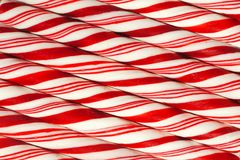 Hintergrund von roten und weißen gestreiften Weihnachtszuckerstangen Lizenzfreies Stockbild