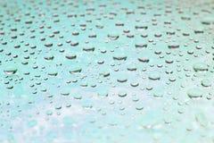 Hintergrund von schönen hellblauen Wassertropfen stockfotografie