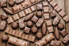 Hintergrund von Schokoladen, von Stangen und von Bonbons, freier Raum für Text Lizenzfreie Stockfotos