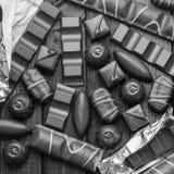 Hintergrund von Schokoladen, von Stangen und von Bonbons, freier Raum für Text Stockfotos
