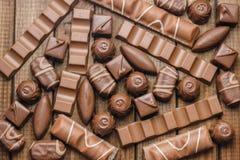 Hintergrund von Schokoladen, von Stangen und von Bonbons, freier Raum für Text Stockfotografie