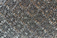 Hintergrund von schwarzen Perlen mit Bergkristallen Stockfotos