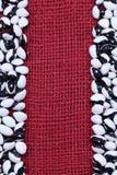 Hintergrund von Schwarzweiss-Bohnen von oben genanntem auf bordo Gewebe Lizenzfreie Stockfotos