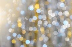 Hintergrund von stark unscharfen Lichtern von Girlanden Stockfotografie