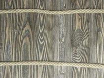 Hintergrund von strukturierten Kiefernplanken und -seil auf hölzernen Planken Lizenzfreies Stockfoto
