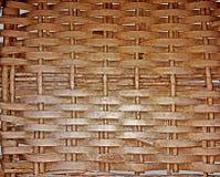 Hintergrund von verflochten in einem Netz von den flexiblen Bändern des Holzes gemalt im Braun lizenzfreies stockfoto