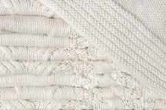 Hintergrund von Weiß strickte umfassendes gefaltet in den Schichten Stockfotos