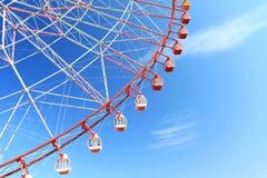 Riesenrad herein blauen Himmel Stockfotografie