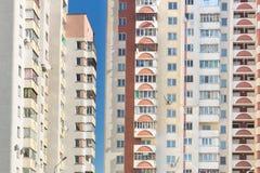 Hintergrund von Wohnungen in einem mehrstöckigen Gebäude Stockfotografie