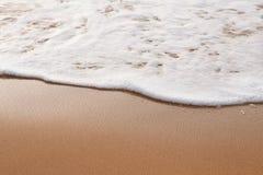 Hintergrund Weiße Welle auf einem Sand Getontes Foto Stockbild