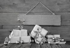 Hintergrund: Weihnachtsbeleg oder -kupon mit Geschenken im Grau Stockfotos