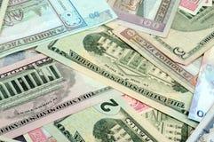 Hintergrund, welche nach dem Zufall aus Mischbanknoten von besteht Stockfoto