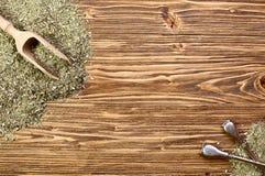 Hintergrund - yerba Kamerad und bombilla auf einem Holztisch Stockfotos