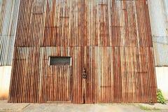 Hintergrund: Zinkeingang der alten Fabrik Stockbilder