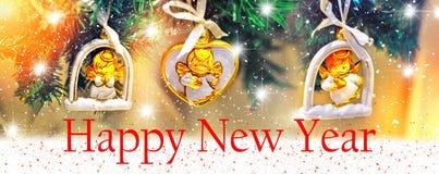 Hintergrundauslegung des glücklichen neuen Jahres Weihnachtsbaum mit Dekorationen in Form eines Engels mit Sternen Stockbild