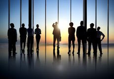 Hintergrundbeleuchtet von den Geschäftsleuten in einem Bürogebäude Lizenzfreies Stockbild
