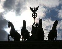 hintergrundbeleuchtet von vier Pferden mit dem Kampfwagen und der Göttin seien Sie Stockfotos