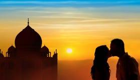 Hintergrundbeleuchtete liebevolle Paarflitterwochen in Indien Stockfoto