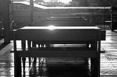 Hintergrundbeleuchtete Schwarzweiss-Tabelle und Stuhl lizenzfreie stockbilder