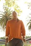 Hintergrundbeleuchteter Mann auf Übungs-Stangen. Lizenzfreie Stockbilder