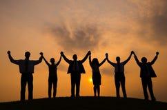 Hintergrundbeleuchtetes Leute-Zusammengehörigkeits-draußen Konzept Stockfoto