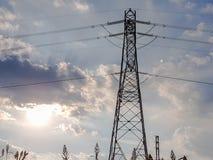 Hintergrundbeleuchtung des Hochspannungsturms mit einem bewölkten Himmel Stockfoto