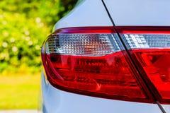 Hintergrundbeleuchtung des weißen Autos Stockbilder