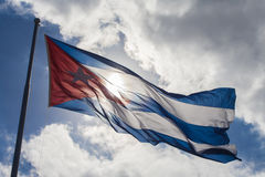 Hintergrundbeleuchtung einer kubanischen Flagge im blauen Himmel Lizenzfreie Stockfotos