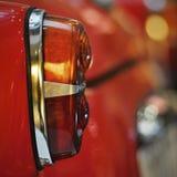 Hintergrundbeleuchtung eines altmodischen roten Autos lizenzfreies stockbild