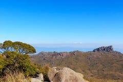 Hintergrundberglandschaftsspitze Prateleiras, Itatiaia, Brasilien lizenzfreies stockbild