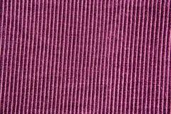Hintergrundbeschaffenheit der purpurroten gestreiften Samtnahaufnahme lizenzfreies stockbild