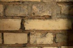 Hintergrundbeschaffenheit einer Backsteinmauer geknackt Lizenzfreie Stockbilder