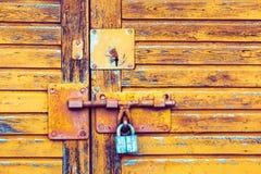 Hintergrundbeschaffenheit mit einem Verschluss auf der Tür Stockbild