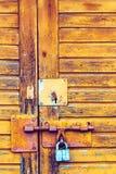 Hintergrundbeschaffenheit mit einem Verschluss auf der Tür Lizenzfreie Stockfotografie