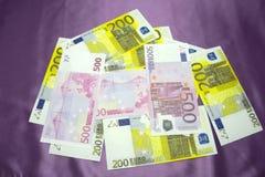 200, Hintergrundbeschaffenheit mit 500 Euroanmerkungen - vermischter Stapel stockbild