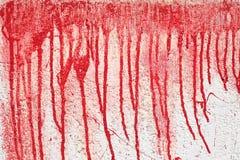 Hintergrundbeschaffenheitswand mit rotem Blut wie Farbenstreifen lizenzfreie stockfotografie