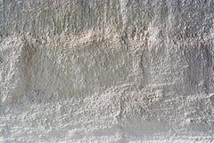 Hintergrundbetonmauer, Spuren von Verwitterung, die abgenutzte Wand beschädigte alte Farbe der Farbe Reste der alten Farbe auf de Stockbilder