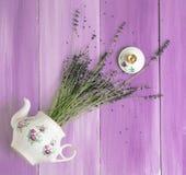 Hintergrundblumen-Weinlese der Draufsicht des Lavendelteekannenkessels rustikales Dorf der violetten lizenzfreie stockbilder