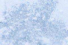 Hintergrundeis auf dem gefrorenen Teich mit abstrakter Form der Schneeflocken Stockbilder