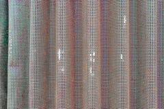 Hintergrundfoto des curvy Metallsiebs benutzt als Entlüftung auf alten landwirtschaftlichen Maschinen Verblaßte grüne Farbe, mit  lizenzfreie stockfotografie