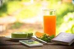 Hintergrundfrucht und -saft mit Kuchen und Minze des grünen Tees mit Smartphone und Pass Aller Schirm für Reise Lizenzfreie Stockbilder