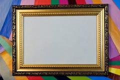 Hintergrundgrenzrahmen mit Verzierung für Foto, Beschriftung, Design und Kreativität, auf Hintergrund des farbigen Papiers für Kr lizenzfreie stockbilder