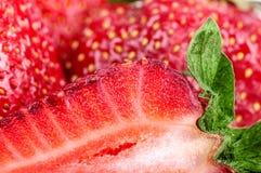 Hintergrundhälfte der Erdbeere Stockbild