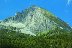 Hintergrundlandschaftsansicht der schneebedeckten Spitzen der Alpen und des Koniferenwaldes im Tirol Lizenzfreies Stockbild