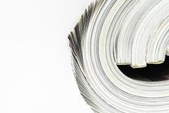 Hintergrundoberfläche weniger verdrehter Zeitschriften auf weißem Hintergrund mit Kopienraum lizenzfreie stockfotografie