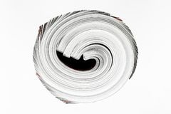 Hintergrundoberfläche weniger verdrehter Zeitschriften lokalisiert auf weißem Hintergrund stockfotografie