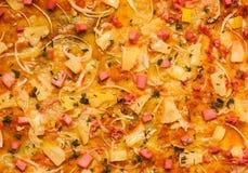 Hintergrundpizza mit Fleisch und Ananas Lizenzfreies Stockfoto