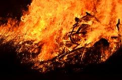 Hintergrundprasselndes feuer-Flammen von Bushfire glühen nachts Stockfotos