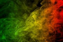Hintergrundrauchkurven- und -wellenreggae färbt grün, gelb, Rotes gefärbt in der Flagge von Reggaemusik lizenzfreies stockbild