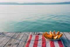 Hintergrundsommer mit Wassermelone auf Ufergegend Lizenzfreies Stockfoto